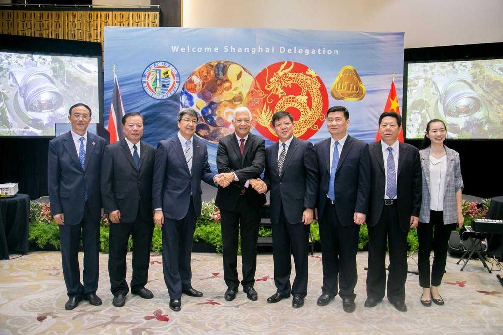 Chinese Ambassador Song Yumin, PoS Mayor Joel Martinez and Shanghai Deputy Secretary General shake hands flanked by delegation members from Shangahai.